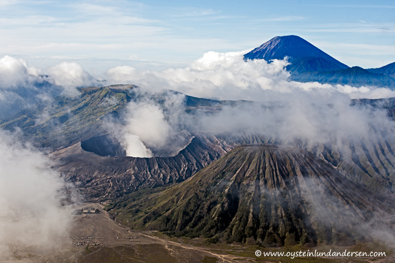 Semeru in the background of the Tengger-caldera. (07:58)