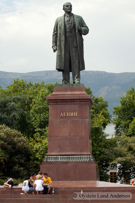 Lenin still standind strong in Yalta, however located next to a newly built Mc. donalds.