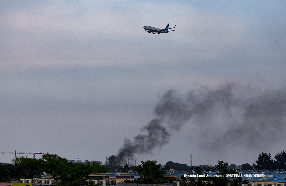 Jakarta Airport Sukarno Hatta (CGK) A fire prevails below a Garuda Indonesia Boeing 737-800 on final