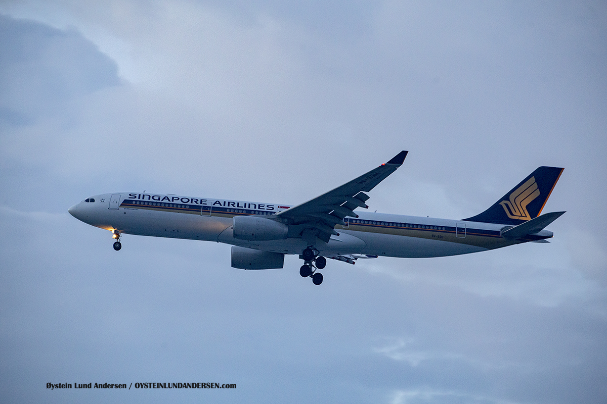 Singapore Airlines (9V-SSH) Airbus 330-300 Jakarta Airport Sukarno Hatta