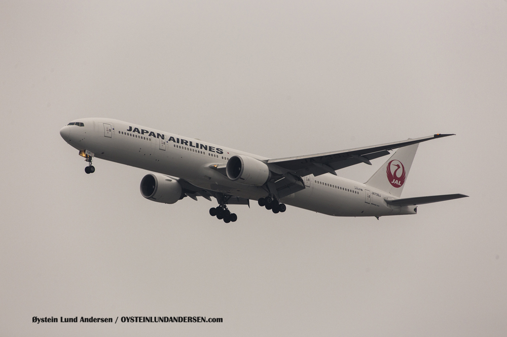 Japan Airlines Boeing 777-300 arriving from Tokyo (6 December 2015)