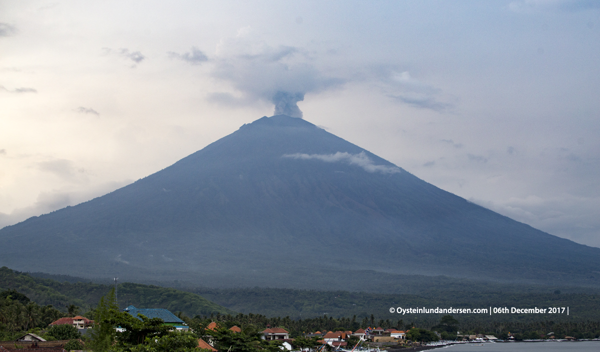 Agung volcano Bali Indonesia December 2017 eruption ash