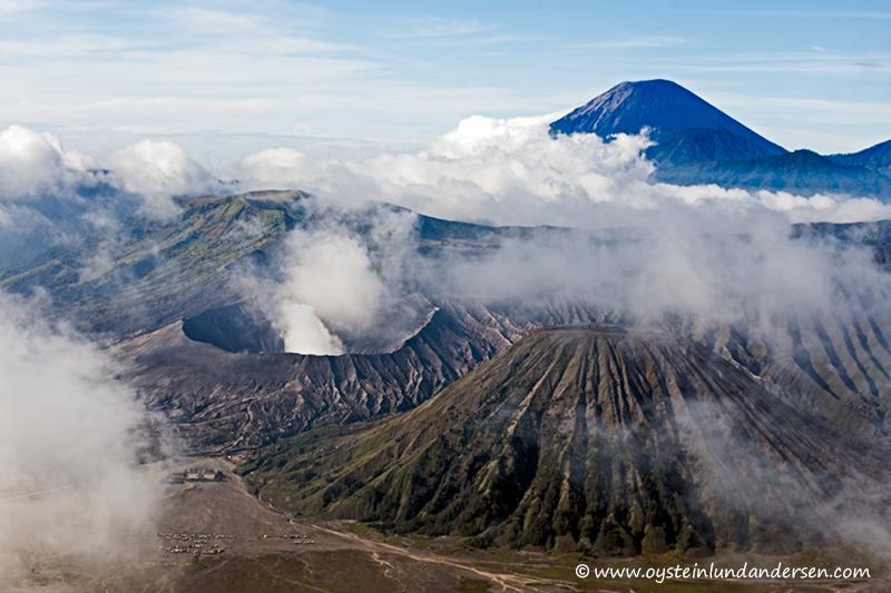 Semeru in the background of the Tengger-caldera. (07:58)