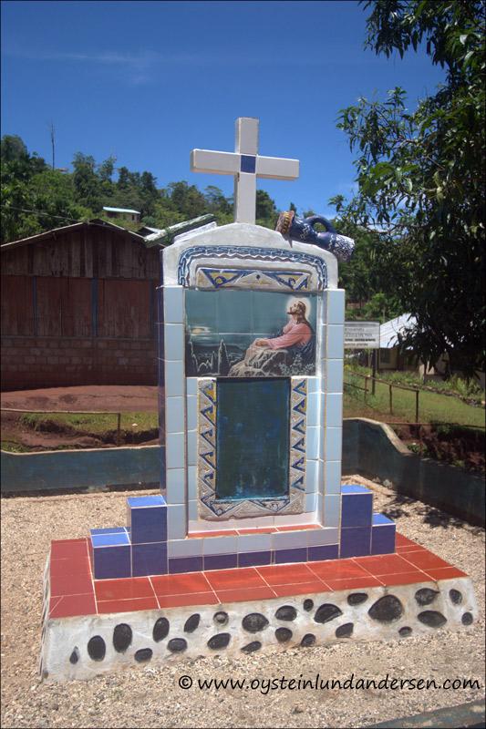"""Tombstone outside the """"Yauwari"""" church (February 2005)"""