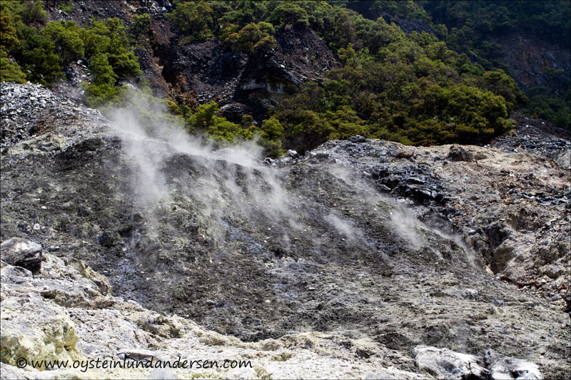 Steam from a isolated part of the crater. (1th May 2012)