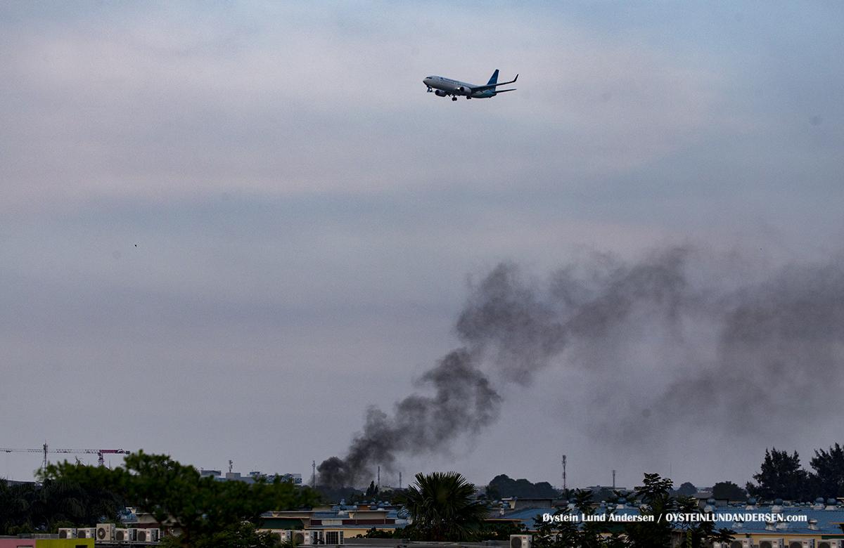 Jakarta Airport Sukarno Hatta (CGK) A fire prevails below a Garuda Indonesia Boeing 737-800 on final
