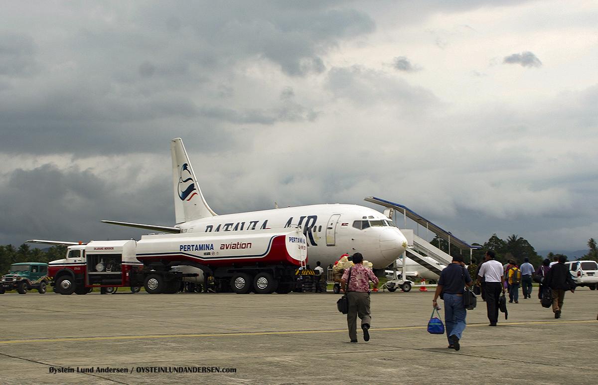 Sentani-Airport-DJJ- Batavia Air - Boeing 737-300 - March-2006