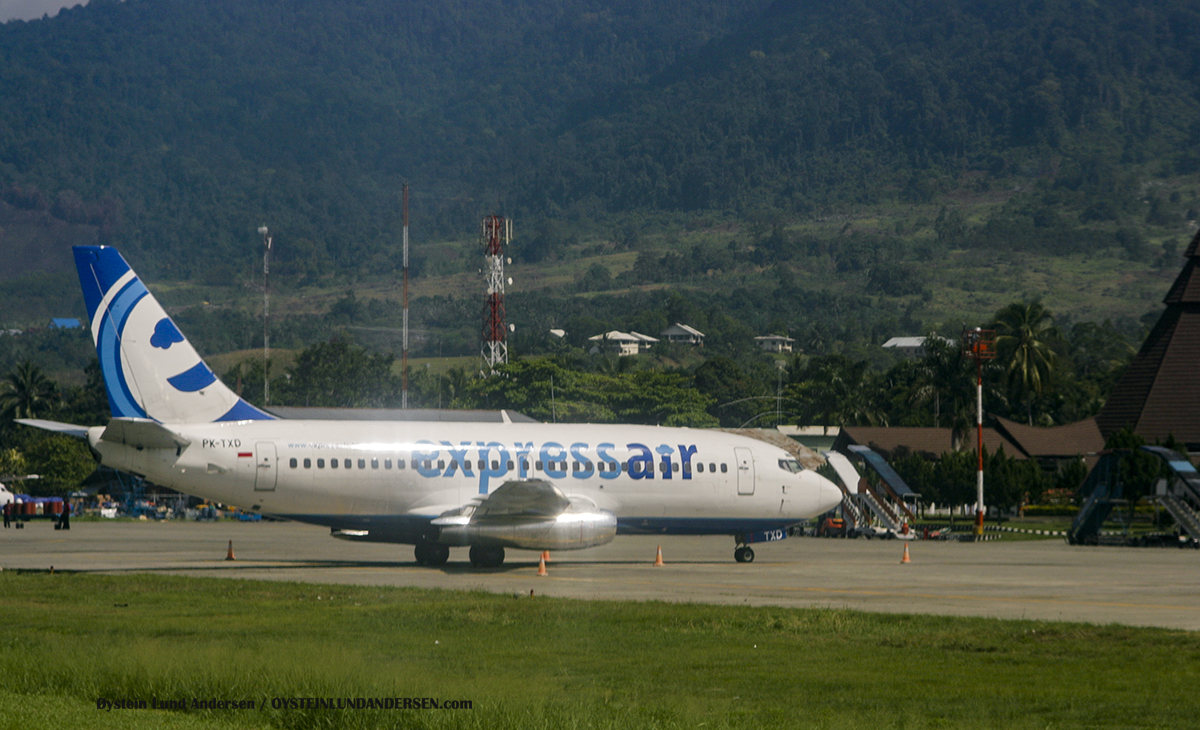 Express air 737-200 (PK-TXD) sentani airport jayapura spotting