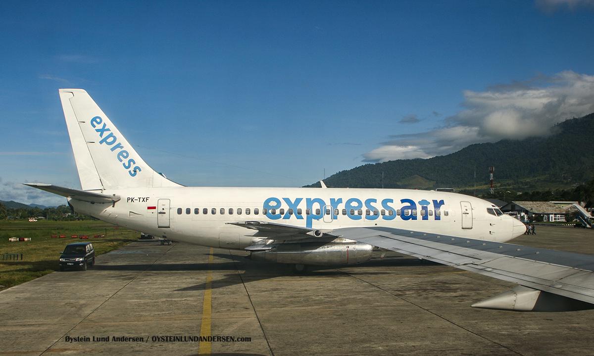 Express air 737-200 (PK-TXF) sentani airport jayapura spotting