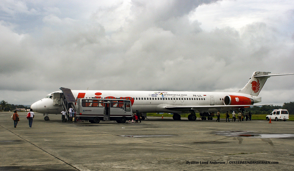 PK-LIL MD90 Lionair Sentani Airport jayapura MD-LIL