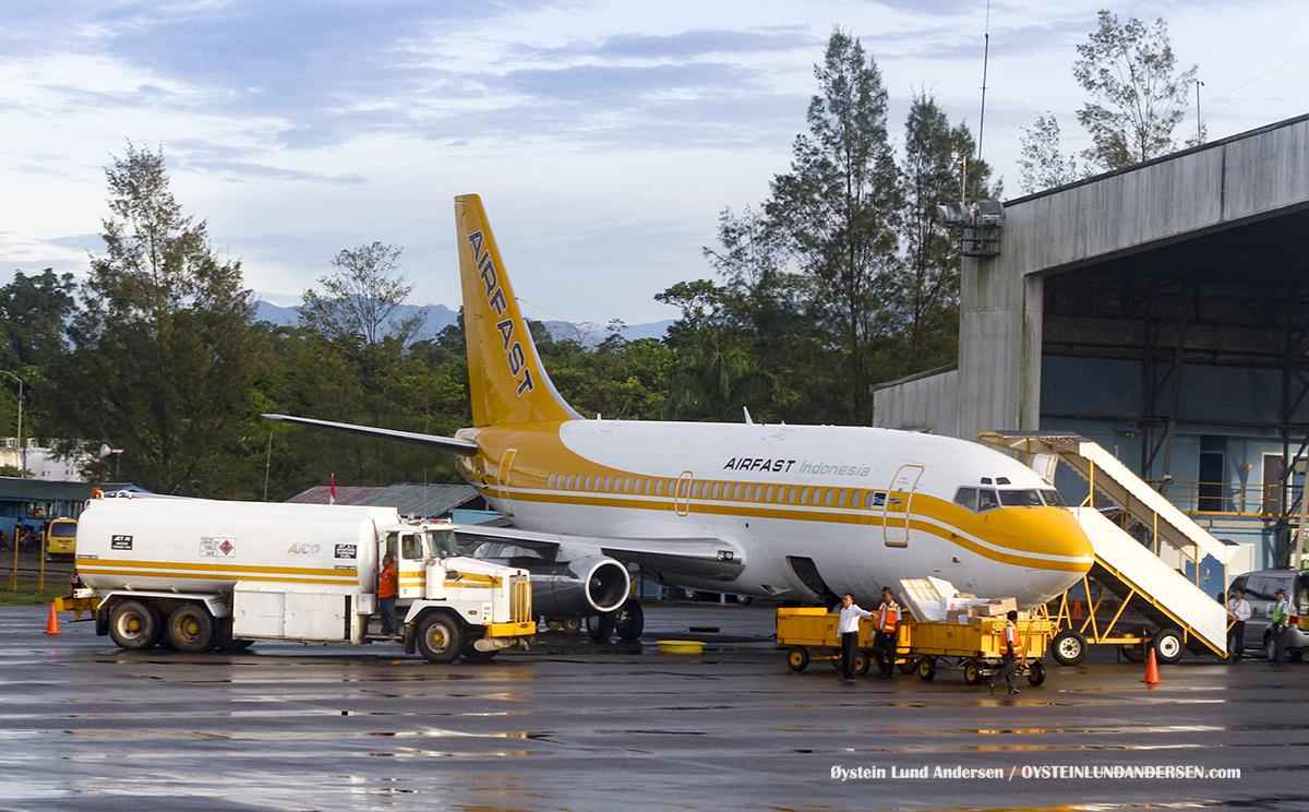 Boeing 737-200 (PK-OCF) timika airport papua spotting Freeport McMoRan