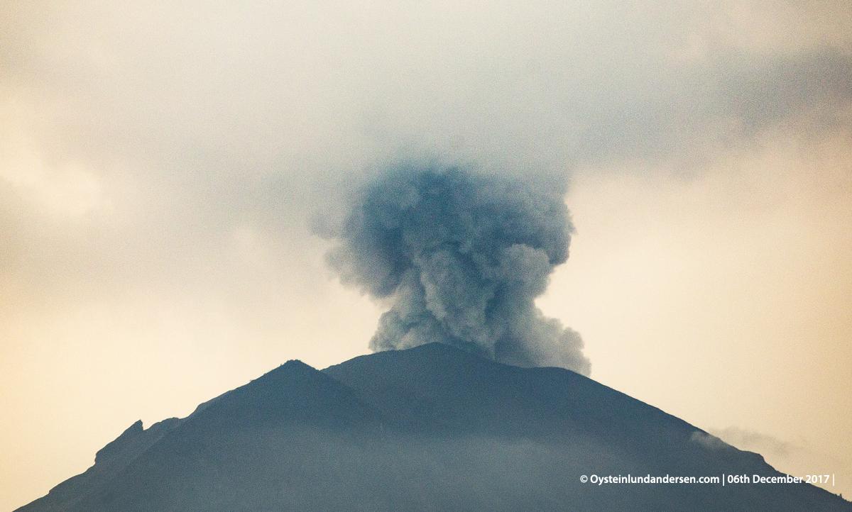 Agung volcano Bali Indonesia December 2017 eruption ash