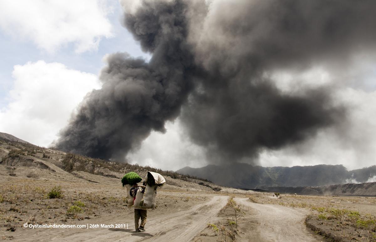 Bromo Tengger Erution Erupting 2011 Indonesia volcano Tenggerese