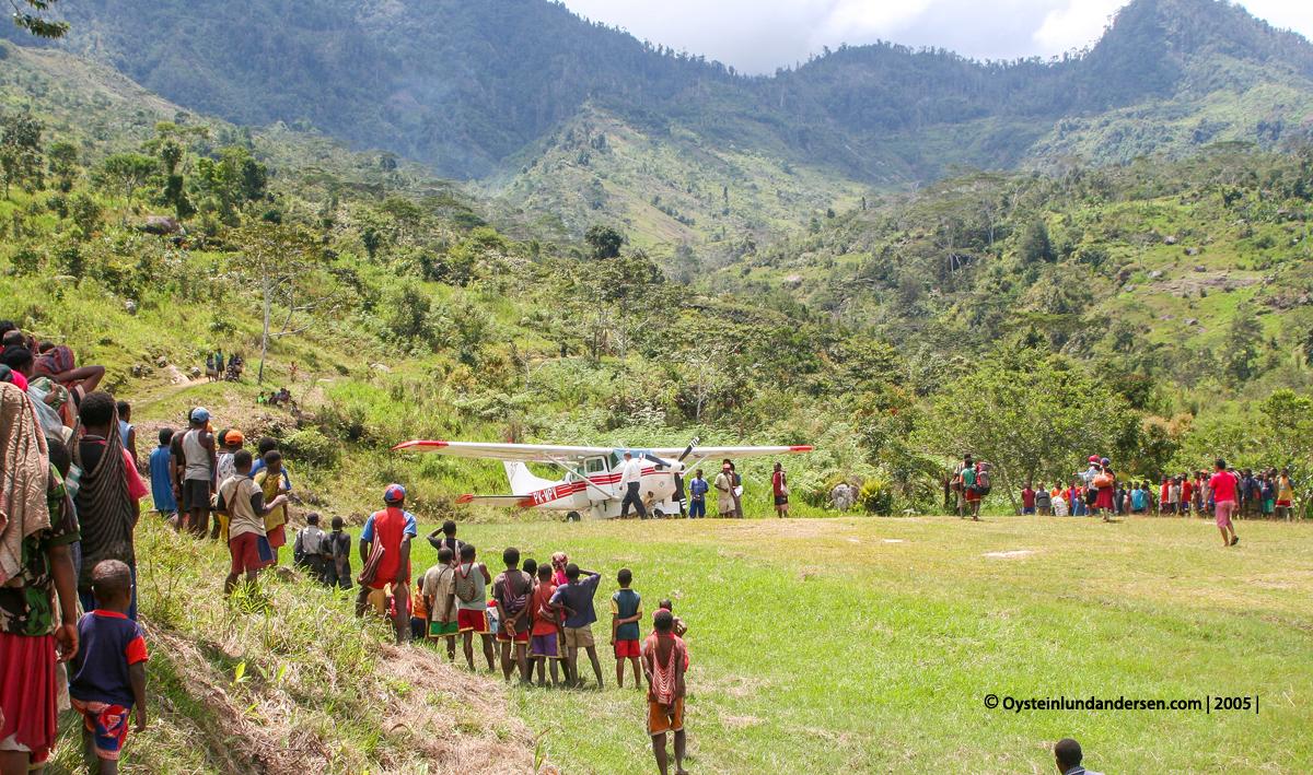 Nalca Kona Mek Mek-tribe Papua West-Papua culture 2005 MAF Cessna PK-MPV